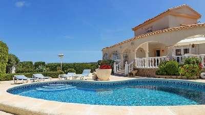 Large Villa with 2 Separate Apartments for Sale in La Escuera